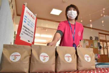 「こども食堂米」を配布した西都市児童館の職員