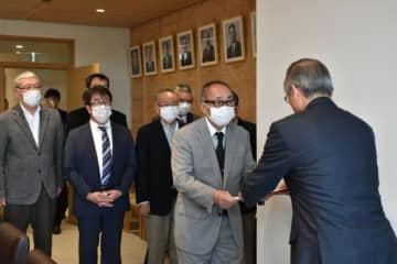 十屋市長(右)に要望書を手渡す日向商工会議所の三輪純司会頭(右から2人目)