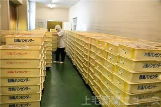 急な休校措置で廃棄になった9500個のパン=8日、高崎市の群馬フードサービス