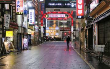 閑散とした東京・新宿の歌舞伎町=9日夜