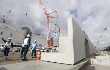 1月、東京電力福島第1原発に建設中の防潮堤