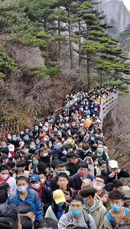 景勝地に黒山の人だかり……中国で懸念される「感染再拡大リスク」
