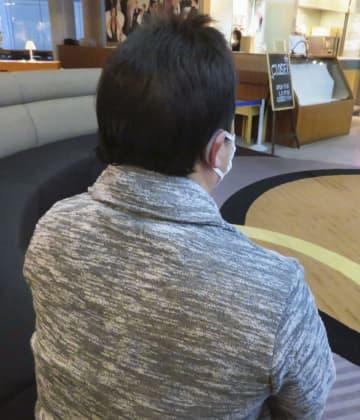 ロイヤルリムジングループから解雇通告され、取材に応じるタクシー運転手の男性=9日午後、東京都港区