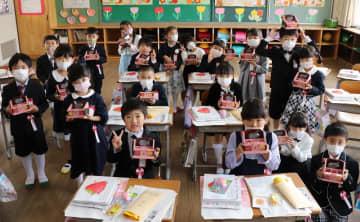 浦さんから贈られた手作りペン立てを手にする新1年生=東彼杵町蔵本郷、彼杵小