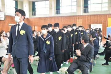 日南市・南郷中で行われた入学式。出席者はマスクを着用し、椅子の間隔を広げるなどの感染対策が取られた=9日午前