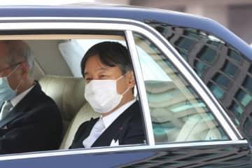 3日、マスクを着用されて皇居に入られた天皇陛下 /(C)JMPA