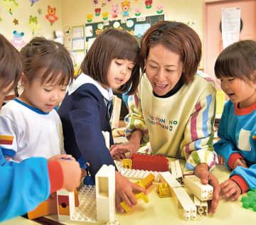 イキイキと働く幼稚園教諭(提供/厚木市)