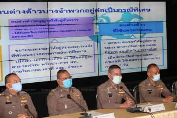 Immigration police elaborate on visa relief for foreigners at the Immigration Bureau in Bangkok on Thursday. (Photo: Apichart Jinakul)