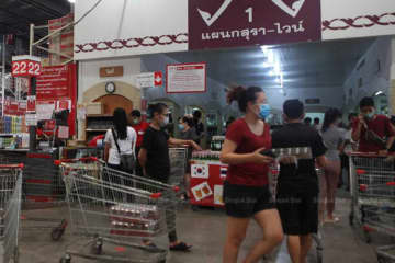 Shoppers throng the liquor section of a superstore after City Hall banned the sale of alcohol in the capital for 10 days starting on Friday in the latest bid to prevent social gatherings. (Photo by Arnun Chonmahatrakool)