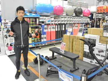 初心者向けから本格的な器具までトレーニング用品が並ぶ売り場=岐阜市江添、ヒマラヤ本館