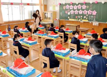 地元産ヒノキで製作した机と椅子が並ぶ新1年生の教室=太良町の大浦小