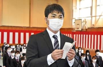 新入生代表として誓いの言葉を述べる高橋さん