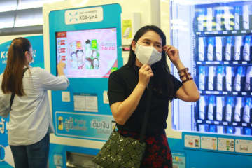 A vending machine sells face masks at Makkasan Airport Rail Link station. The coronavirus outbreak forces schools to close until July 1. (Photo by Somchai Poomlard)
