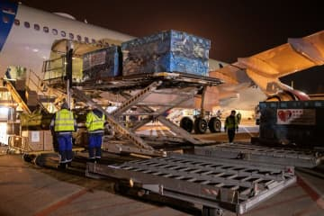 Employees at the Nikola Tesla airport unload medical supplies sent from China to help country's fight against coronavirus (COVID-19) outbrake in Belgrade, Serbia, March 21, 2020. [Photo/Agencies]