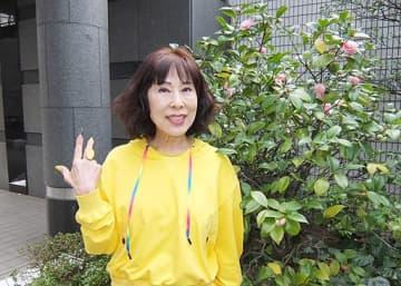 衣装もアクセサリーも黄色で統一して張り切っている原田悠里=大阪市北区