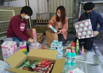 地域住民から寄せられた支援品を確認するつばさのスタッフら=4日、倉敷市