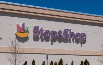 米東海岸北部を地盤とするスーパーマーケットのストップ&ショップは、ライドシェア大手のウーバー・テクノロジーズと組んで、買い物のために来店する高齢者の運賃を半額にする期間限定サービスを始めた。写真gettyimages/photobyphm