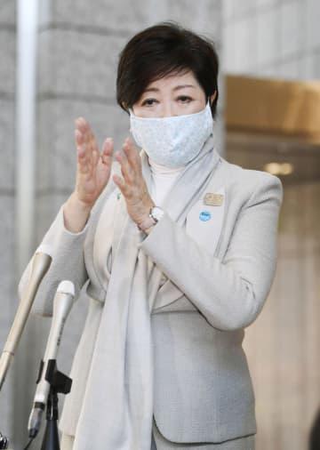 登庁し、記者の質問に答える東京都の小池百合子知事=10日午前、東京都庁