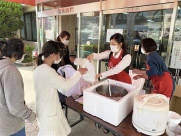 持ち帰りの食事を提供する形で活動を再開した「エンゼルこども食堂」=2日、熊本市西区