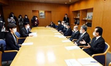 伊原木知事(左から2人目)に支援を求める各生活衛生同業組合の理事長ら