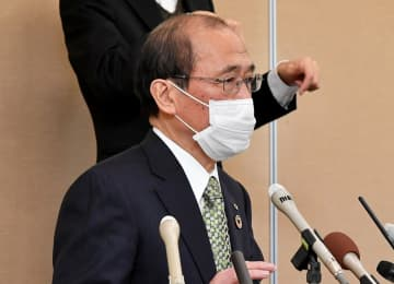 会見で京都観光の自粛を訴える門川市長(京都府庁)
