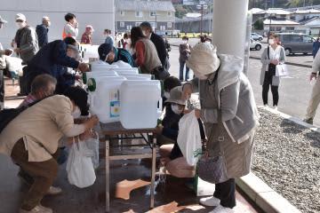 微酸性電解水の配布を受ける市民=常陸太田市中城町