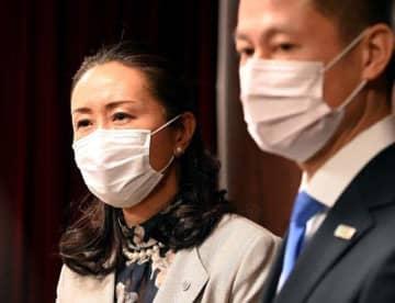 広島市内の県立学校を臨時休校とする考えを示す平川教育長(左)=10日午後1時11分