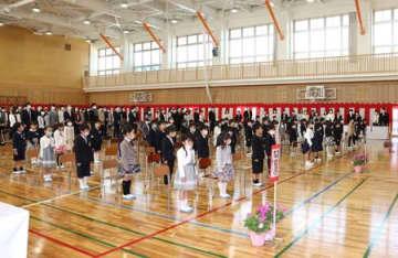 緊張した様子で入学式に臨んだ新通つばさ小の新1年生=9日、新潟市西区
