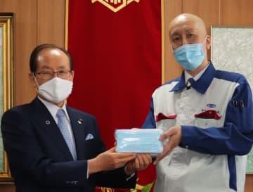 朝長市長(左)にマスクを手渡す村岡工場長=佐世保市役所