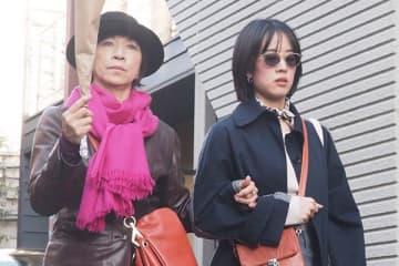 娘の静河と出かけていた原田美枝子。