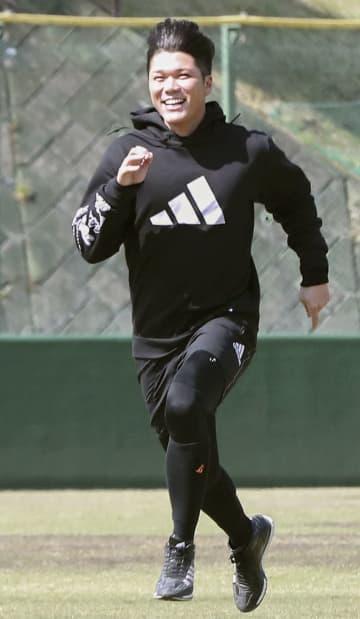 練習で走り込む巨人・坂本=川崎市のジャイアンツ球場