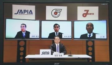 インターネットで記者会見する日本自動車工業会の豊田章男会長(手前)ら自動車4団体のトップ=10日