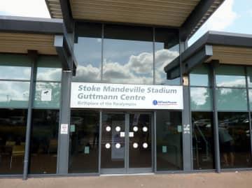 「パラリンピック発祥の地」と書かれたストーク・マンデビル病院内のスポーツ施設=2017年7月、英ストーク・マンデビル(共同)