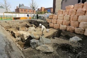 室町殿の庭園跡で見つかった巨石を含む景石群。足利義政による造営とみられる(京都市上京区)