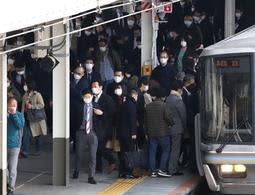 朝のラッシュ時間帯に通勤する人たち=10日午前、JR三ノ宮駅