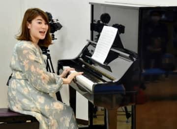 ストリートピアノ設置 ら・ら・ミュウ 記念に生演奏