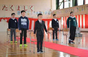 下切田小の入学式に参加する新入生の野月仁くん(中央)