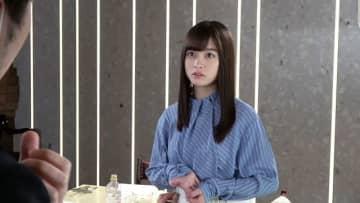 橋本環奈が見つめる先には一体何が?恋人に放置される切ない乙女心を表現
