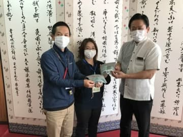 マスクを手渡す中山義隆市長(中山市長のツイッターより)