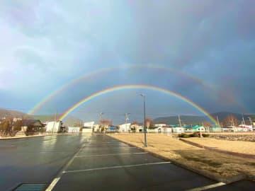 """コロナからの""""卒業""""の予兆?北海道で幸運の二重の虹…休園中の水族館員も思わずはしゃぎ過ぎ"""