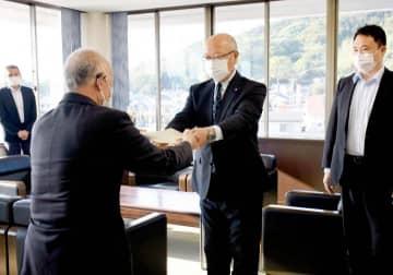 宮脇町長(左)に提言書を手渡す池本議長(中央)