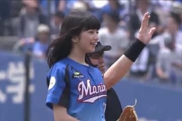 【始球式名場面】キュートな笑顔が眩しい 当時20歳の女優・小松菜奈さんがファンを魅了