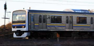 成田空港線を行く209系が普通じゃない! 特急を待たせAEと並走