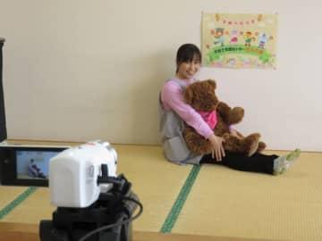 【自宅で過ごす園児らに向けた動画を撮影する保育士=伊勢市の子育て支援センターきらら館で】