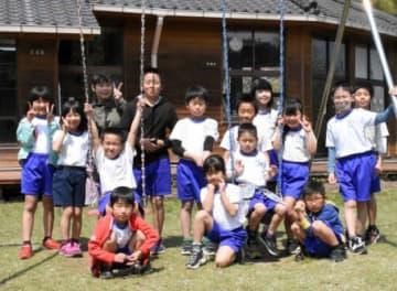 特認生の入学が相次ぎ、にぎやかな学校生活を送る中谷小学校の子どもたち=曽於市財部
