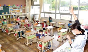 分散登校で座席の間隔を空けて座る児童たち=18日午前8時25分ごろ、秩父市野坂町の市立南小学校
