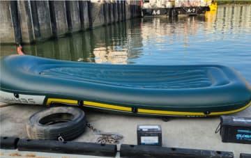 マカオ税関が5月16日未明に摘発した密入境事案で使用されたゴムボート(写真:澳門海關)