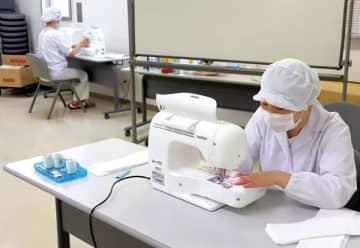 調理器具をミシンに換えて児童のマスク作りに励む給食調理員ら=伊奈町小室の町立給食センター