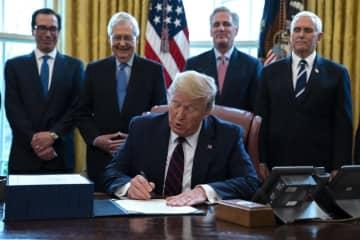 3月27日、米ホワイトハウスで経済対策法案に署名するトランプ大統領(AP=共同)