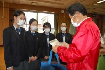 【手作りマスクを寄贈する生徒ら=鈴鹿市庄野町の庄野地区市民センターで】